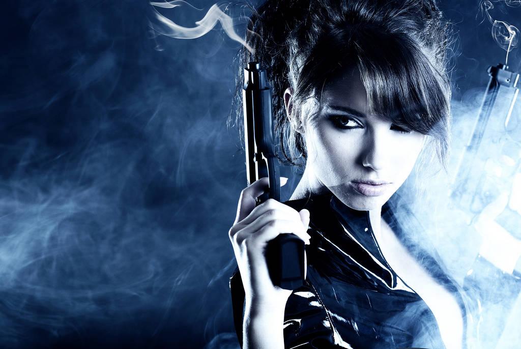Fonds d 39 cran avec une jolie fille avec des fusils for Bureau jeune fille