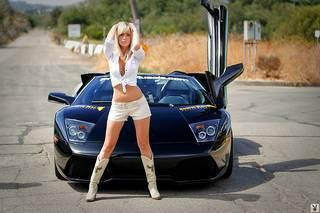 Muchacha asombrosa con los coches.