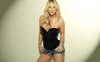 Kaley Cuoco en mini shorts.