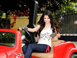 Carta da parati di qualità con l'immagine di Selena Gomez talento
