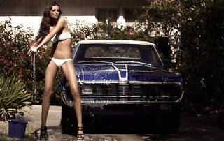 Ragazza in bikini lavaggio auto